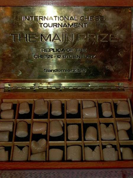 Копия предположительно самых древних известных шахматных фигурок в музее шахмат Москвы. Кость.