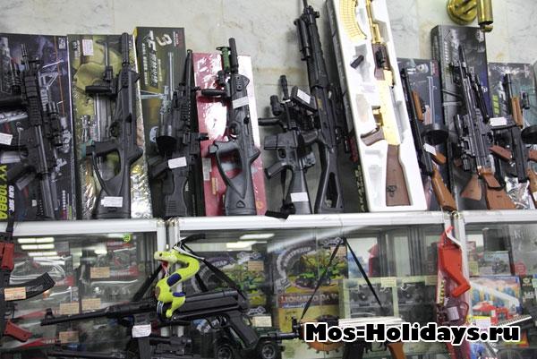 В музее продают детские игрушки, в основном оружие и всё, что связано с войной