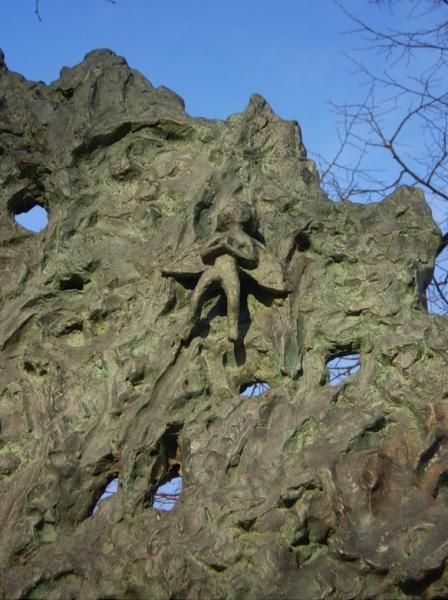 Памятник Дерево любви крупный план