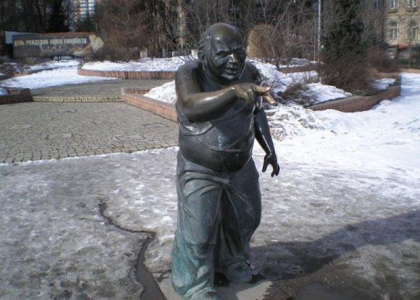 Памятник Доценту передний фасад