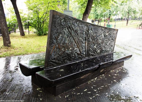 Памятник Шолохову, скамья с барельефами