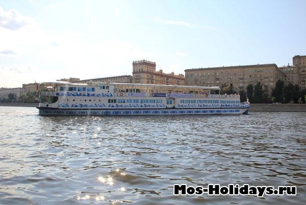 Теплоход по Москве-реке плывёт