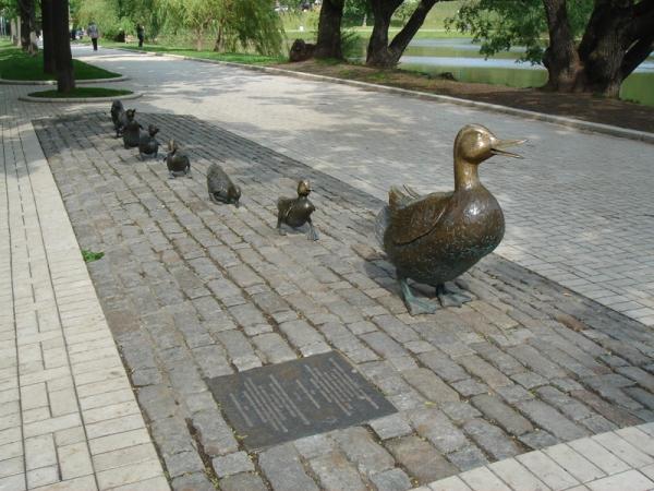 Памятник Мама утка и утята в Новодевичьем парке