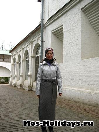 Женщинам без платка на голове и в брюках входить на территорию монастыря запрещено