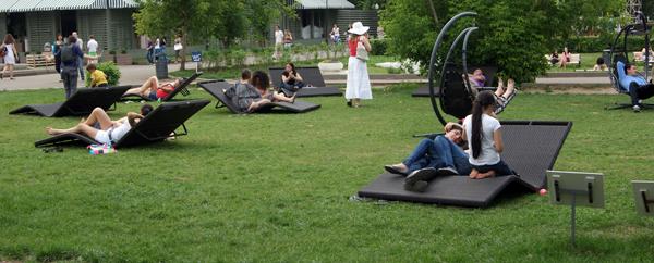 Изогнутые подстилки для отдыха в Парке Горького