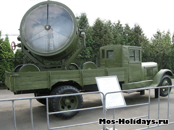Грузовик спрожектором в музее военной техники в Парке Победы