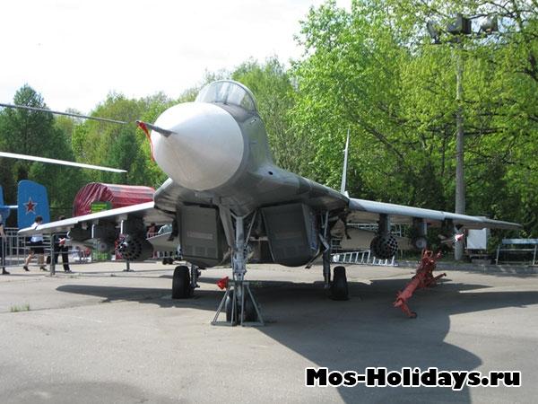 Самолет в музее военной техники в Парке Победы