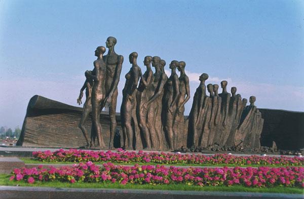 Памятник Трагедия народов в Парке Победы в Москве