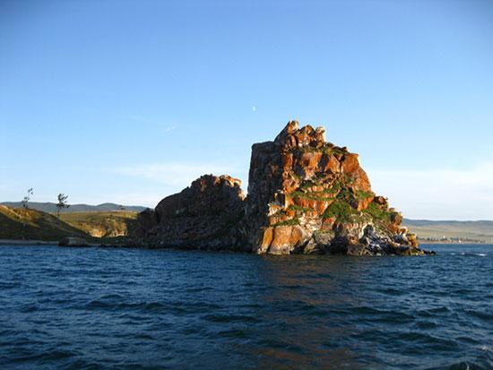 Скала Шаманка - вид с Малого моря озера Байкал