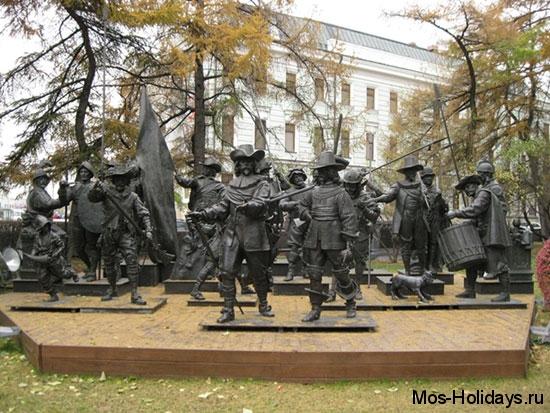 Мушкетёры возле музея изобразительных искусств имени Пушкина