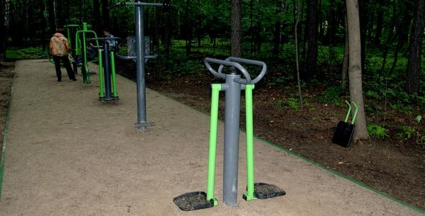 Площадка с тренажерами в парке Сокольники в Москве