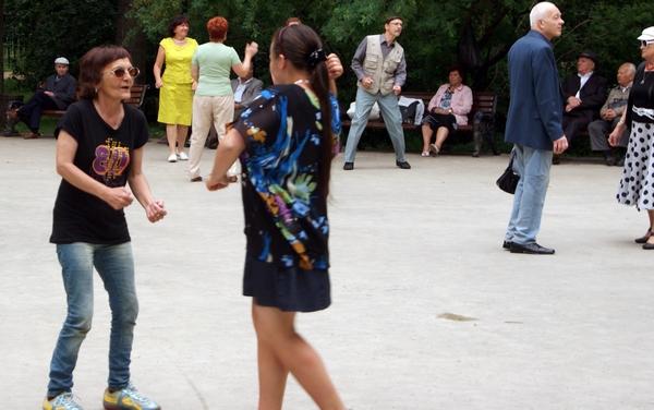 Танцпол для пенсионеров в парке Сокольники в Москве