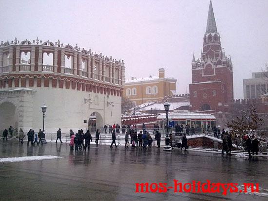 Билетная касса и Кутафья башня московского Кремля