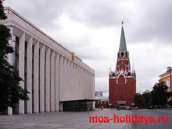 Государственный Кремлёвский Дворец и Троицкая башня на территории московского Кремля
