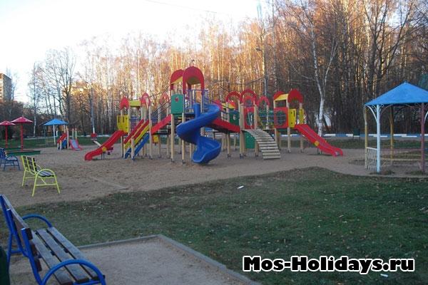 Детская площадка в Тропаревском лесопарке
