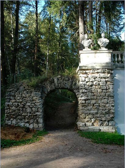 Руинная арка в усадьбе Архангельское