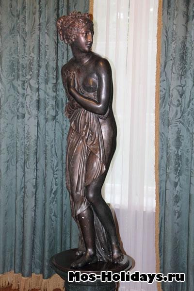 Статуя в мраморном зале усадьбы Люблино