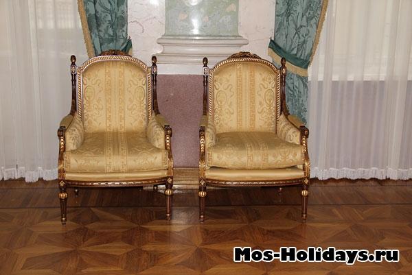 Стулья в мраморном зале усадьбы Люблино