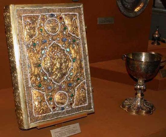 Евангелие с окладом из золота и драгоценных камней в Оружейной палате московского Кремля
