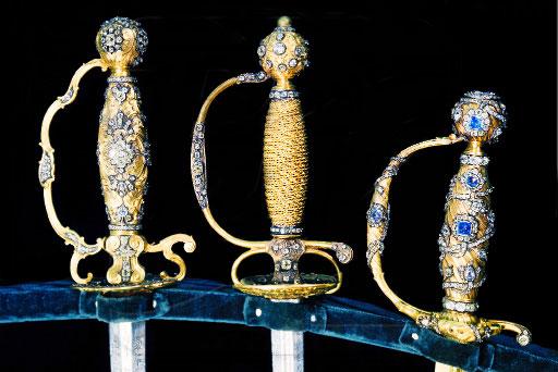 Шпаги с эфесами из золота и драгоценных камней в Оружейной палате московского Кремля