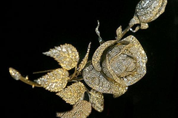 Платиновая роза, украшенная 1466 бриллиантами, представлена в Алмазном фонде Кремля
