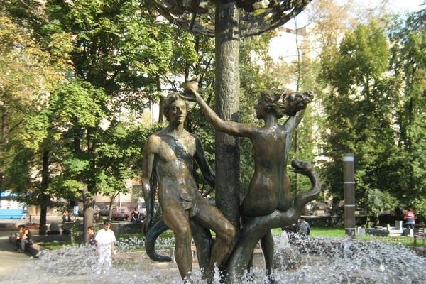 Фонтан «Адам и Ева»: журчание воды как в райской гуще