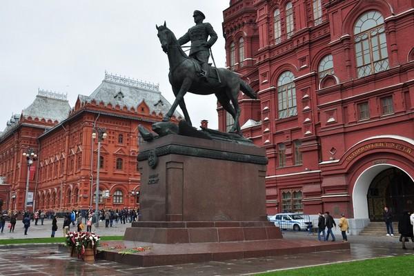 Памятник Г. Жукову на Манежной площади