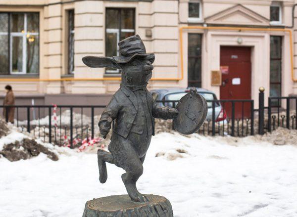 Памятник Кролику из Алисы в Стране чудес