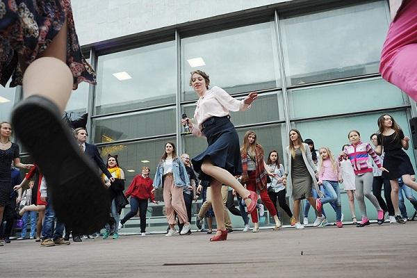 Летние бесплатные уроки танцев и тренировки по фитнесу в парках Москвы