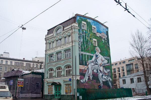 На стене пятиэтажного дома, расположенного напротив Музея Тургенева, размещен огромный мурал