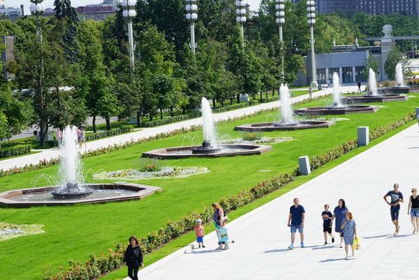 14 фонтанов на Главной аллее