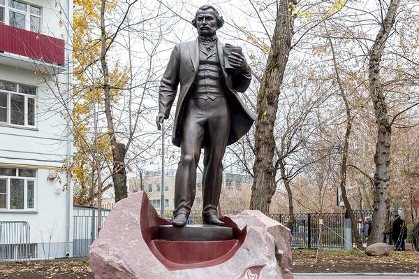 Памятник Тургеневу возле музея