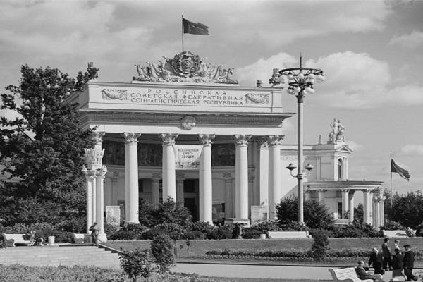Выставка архивных фотографий ВДНХ «История мечты»