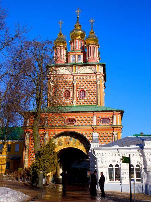 svyato troickaya sergieva lavra 12 - 3 города, которые стоит посетить в Московской области.