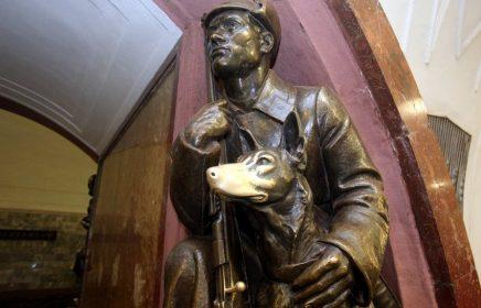 Бронзовая собака на станции «Площадь Революции»