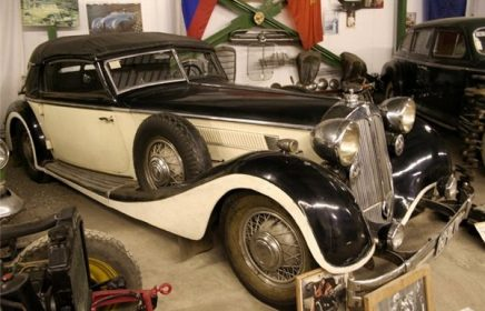 Постоянная экспозиция Ломаковского музея старинных автомобилей и мотоциклов