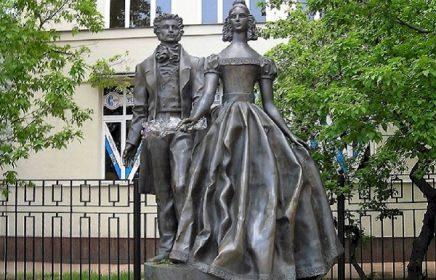 Памятник А. Пушкину и Н. Гончаровой на Старом Арбате