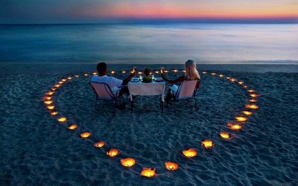 Романтический ужин на берегу моря в Новый год, возможно, лучший подарок девушке